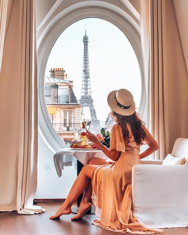 她在窗前吃早餐的背影,是这个城市最浪漫美丽的风景