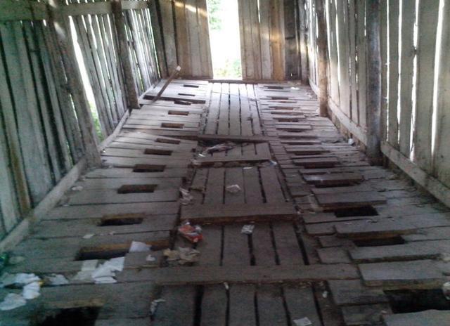 摇摇欲坠的木板,好害怕会掉进粪坑里.