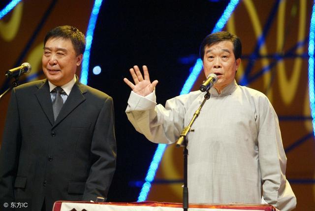 姜昆是中国曲协主席,师胜杰是曲协下属的艺委会主任。上世纪六十年代,他俩在同一兵团做战友。姜昆是北京知青,师胜杰是哈尔滨知青,同时被调到兵团文艺宣传队,搭档说相声。  1976年文艺调演中,师胜杰和姜昆合作相声《林海红英》在众多相声小品中脱颖而出。这次合作就这样神奇的改变二人命运。姜昆调入中央广播说唱团。师胜杰调入黑龙江省龙江剧院曲艺队。 这幅字的落款为戊戌年冬月给师先生拜年 ,是不是应该写戊戌年春? 姜昆成名比师胜杰早。师胜杰被全国观众所熟知时,姜昆早已红遍了大江南北。姜昆也比师胜杰年长,可在相声门里