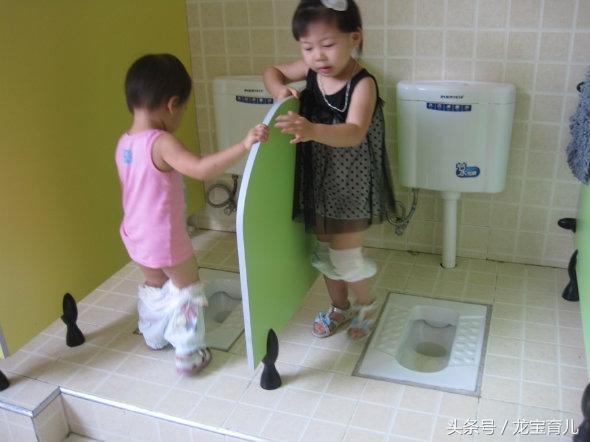 璇璇妈妈打算四月份送孩子去幼儿园,正好很多幼儿园的春季班招生,她就接连看了好几家,却都不满意,回家后老公问她为什么,璇璇妈妈就把自己的疑问说出来了,原来这几家幼儿园各方面设施都不错,可就是有一点,那就是厕所不分男女,一想到小男生和小女生共用一个厕所,璇璇妈妈就头疼,貌似这种男女混用的厕所在幼儿园很常见,难道就没有一家分男女的厕所吗?  璇璇是个小女生,今年已经三岁多了,孩子也有了朦胧的性别意识,平时跟妈妈出门,如果有小男生在场,她即使再想尿尿,也会跑的远远的,这么大的孩子就知道了羞羞。在家的时候,父母换衣