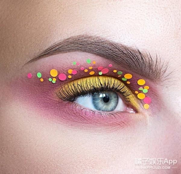 最近橘子君发现一位彩妆大神,她的创意眼妆并不是特别浮夸的类型,平时参加聚会什么的也完全可以画出门,并且时尚又个性~  粉红色的眼影搭配彩色小圆亮片,恰到好处的色彩搭配看起来很协调,眼影边缘处的晕染也很自然~  实底色的眼影更显清新可爱,红色与白色的搭配也很养眼。  白色搭配棕色的深色系眼影,则比较中性,适合酷酷风格的妹纸  多运用一些经典的波点元素也很美,但是对技术要求比较高了,稍微画的不对称就影响很大。  下面这款黑白渐变色,中间夹杂着一点偏光银色,搭配隔断式睫毛,有点像鸟类的眼睛,超个性~  还有黑