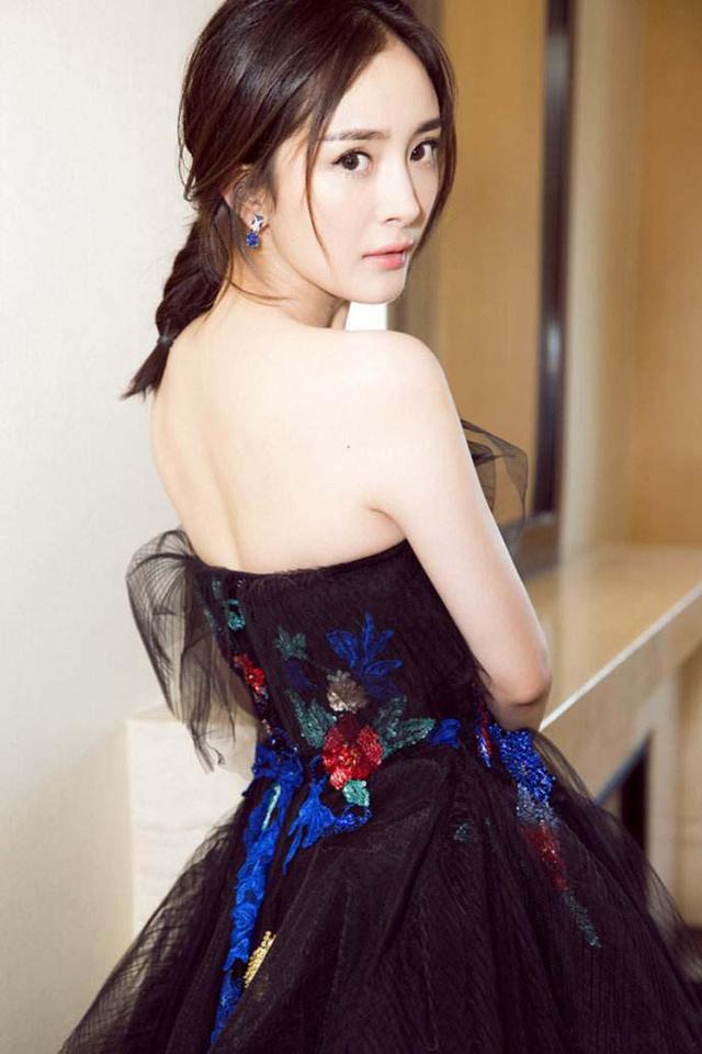 杨幂这件黑纱裙很美很神秘,短辫子最萌,很像花蝴蝶