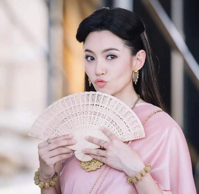 泰剧蒙初之赐_她很小就做起了模特,后来加入泰国三台,一部《蒙初之赐》让她成为家喻