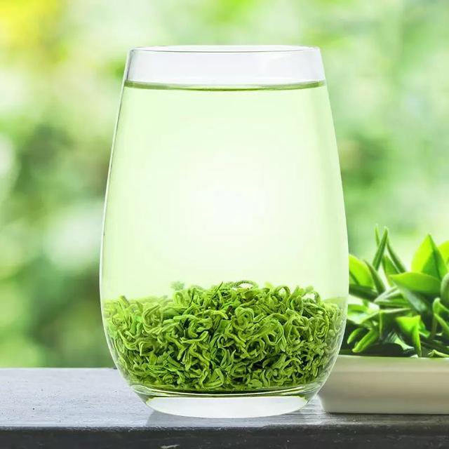 """再开始分享前,想问一下大家,是不是有很多朋友,家里来了客人或者自己在家品茶的时候都是拿起一个玻璃杯,然后不管什么茶都先放茶,然后再倒满水。其实正确的冲泡茶,还是有有讲究的。下面""""暖阳新同学""""就和大家分享一下各种方法: 1、上投法:先在玻璃杯中倒入七分满的水,然后再放茶叶即上投法,比较细嫩的洞庭碧螺春就采用上投法。 2、中投法:先在倒入三分之一的水,再放茶叶,然后再把水倒到七分满的位置。例:黄山毛峰和六安瓜片就采用中投法。  3、下投法:下投法就是我们经常使用的方法,大部分的茶都采用下投法,即先放茶,然后再"""