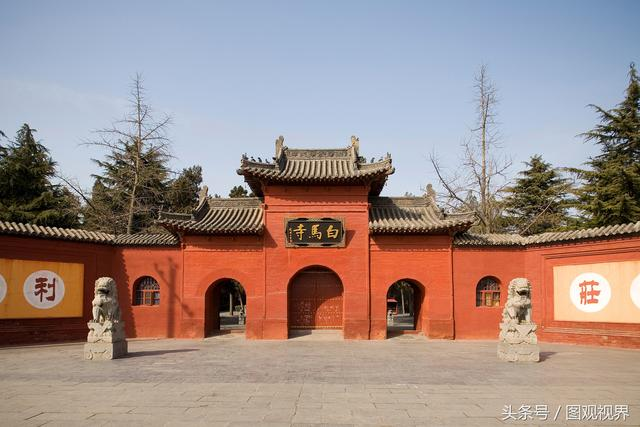 十大名寺是指中国最富有盛誉的十所寺院,各种说法不一,历史上何时开始评定也不明确。我们来看看下面这10所比较著名的寺庙吧。  1、嵩山少林寺 少林寺位于河南省郑州市登封市嵩山五乳峰下,因坐落于嵩山腹地少室山茂密丛林之中,故名少林寺。始建于北魏太和十九年(495年),是孝文帝为了安置他所敬仰的印度高僧跋陀尊者,在与都城洛阳相望的嵩山少室山北麓敕建而成。少林寺常住院占地面积约57600平方米,现任方丈是曹洞正宗第47世、第33代嗣祖沙门释永信。  2、白马寺 白马寺位于河南省洛阳市老城以东12公里,洛龙区白
