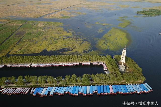 5月28日下午,以新时代的中国:雄安 探索人类发展的未来之城为主题的外交部河北雄安新区全球推介活动在北京举行。 如果说上世纪80年代的深圳速度、90年代的浦东奇迹,见证了中国快速发展的辉煌历程,那么,新时代的雄安新区,将成为中国未来高质量发展的全国样板。河北雄安新区设立后,白洋淀成为新区的焦点。白洋淀湖畔再现春天的故事。  初夏时节,鸟瞰雄安新区一派生机盎然。让我们一起走进风景如画的白洋淀,领略天蓝水清、静谧醉人的雄安风光。  位于雄安新区安新县的白洋淀码头,是华北内陆湖泊中最大的旅游码头