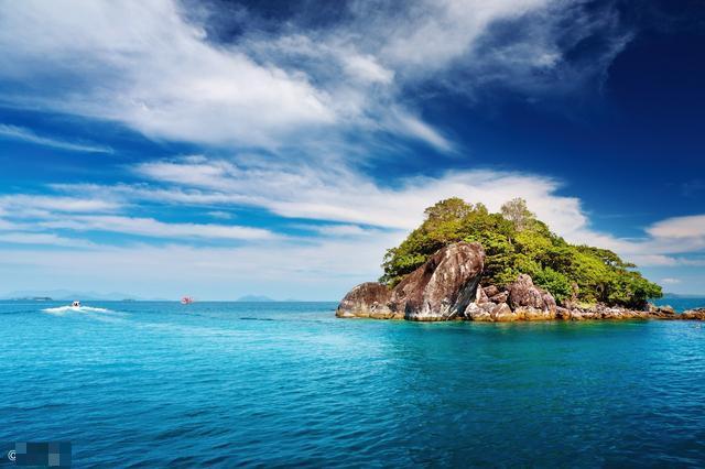 喜欢去海岛旅行,因为,只有在这个孤悬于外的地方;才有与世隔绝的安全感,才能彻底放空自己,忘却所有世间的烦扰...除了马尔代夫、巴厘岛、塞班等国外知名海岛,我国也有很多不可忽视的海岛..  例如山东,是在这里聚集了很多国内最美的海岛,在这,你可以沐浴着凉爽海风,漫步于柔软的白色沙滩之上;可以登上硇洲灯塔,眺望海天一色的美景;可以在清晨见证徐徐朝阳染红海面,在天空泼洒绚丽色彩的壮丽景观;可以在日暮时分,目睹浓烈夕阳缓缓没入天边;还可以潜入湛蓝的海水,畅游这无垠的汪洋  小编挑选整理了山东10座最美的海岛这个