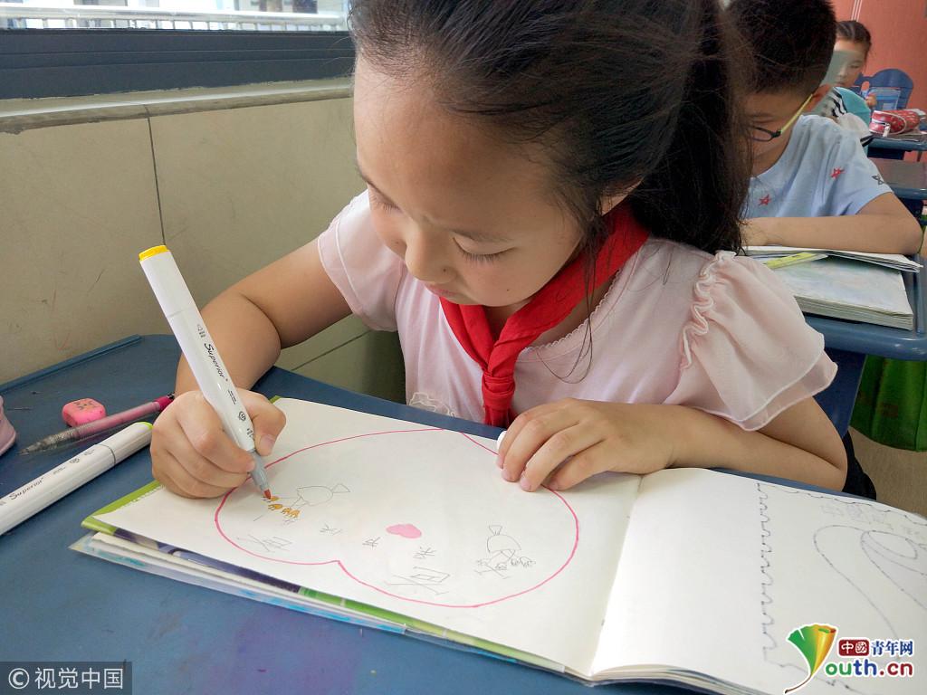 江苏苏州:小学生手工制作贺卡 写满父亲节祝福