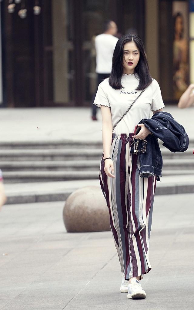 重庆街拍:白色t恤 彩色条纹雪纺阔腿裤,清凉夏日,必备