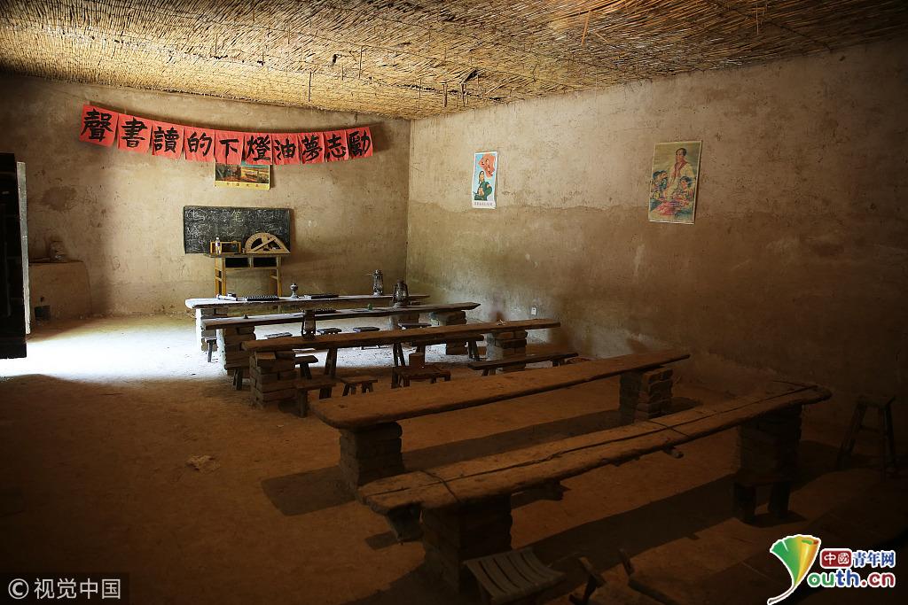 2018年6月4日,河北邯郸,王桃园村小学旧址仅有两间简陋的土坯房教室,里面摆放着六排木板搭建的简易课桌、锈迹斑斑的煤油灯这座有着三十多年历史的小学校舍,已走出百名大学生。  2018年6月4日,河北邯郸,实验屋是学校存放实验设备的房间,墙壁上装有大小一致的格子,里面摆放着各种各样的实验材料。如今,王桃园村在教育方面,无论是硬件,还是软件上都得到了很大的提升。随着学校教学质量的不断提升,王桃园村小学在全县乃至隔壁山东冠县都有一定名气。  2018年6月4日,河北邯郸,老师屋,顾名思义,是老师住
