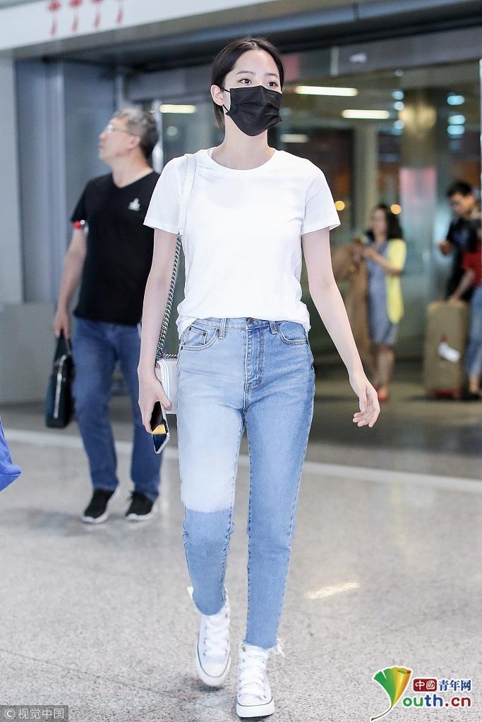 发型:低马尾,黑发 上装:t恤,白色 下装:牛仔裤,拼色,高腰,紧身,毛边图片