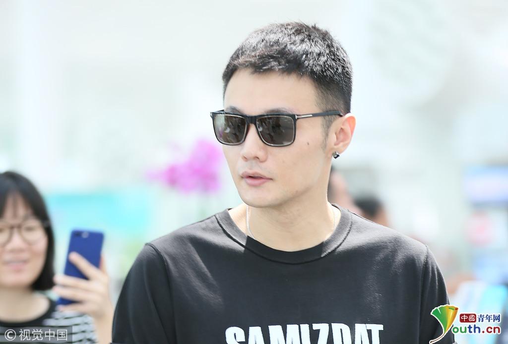 李荣浩机场街拍, 发型:短发, 上装:白色,印字,黑色,短袖,t恤, 下装图片
