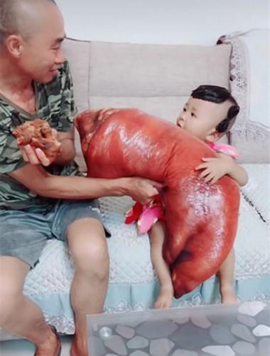 爷爷啃小猪蹄,宝宝抱着大猪蹄啃不动快急哭了,一旁的