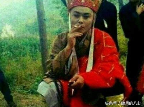 六根清净的唐长老,没想到在片场却也会点一根烟,抽烟的表情不要太享受图片