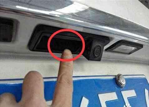 钥匙不小心掉进公共厕所的蹲坑里了,你们说说,钥匙会不会沉到下水道?