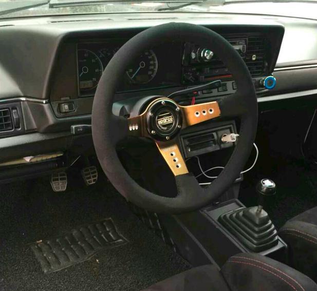 这是翻毛皮赛车方向盘,加上复古的排挡,手感不错.
