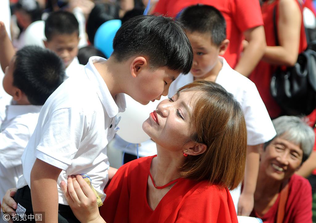 江西九江:小学举行新生入学礼 小学生拥抱亲吻父母