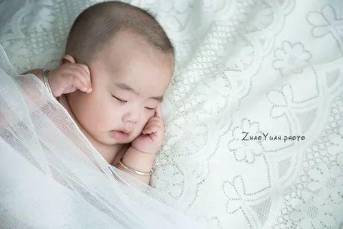 熊猫宝宝真可爱,黑边眼睛天天带.小胖猪胖嘟嘟,睡起觉来呼噜噜.