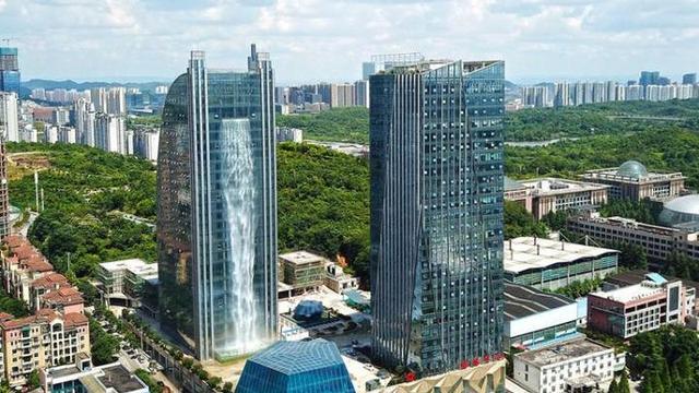 """趣旅游▲贵州""""最独特""""的高楼,外部还建有百米瀑布,很多游客来专门打卡"""