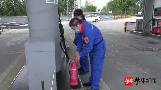 「环球网」大货车在加油站着了火,加油员提着灭火器冲上前