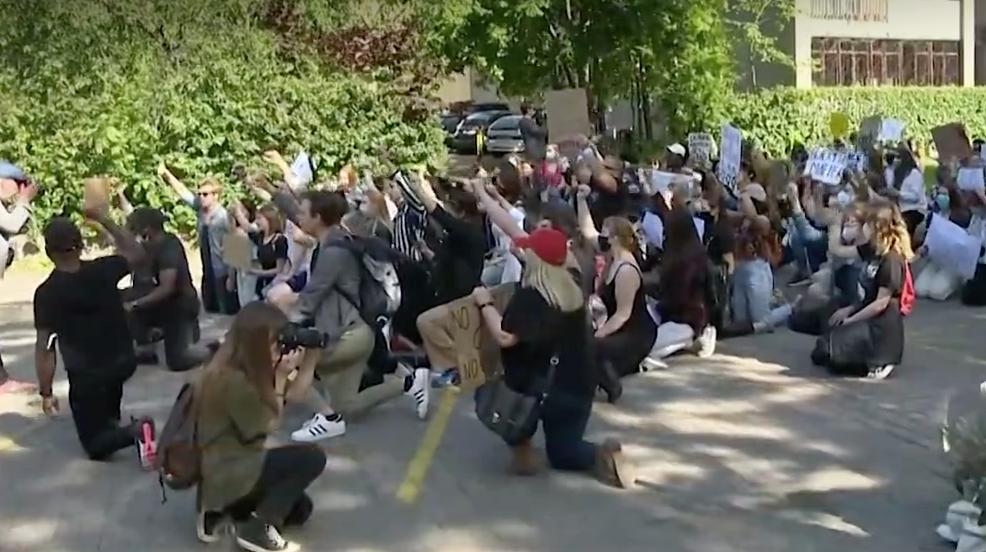 央视新闻客户端立陶宛近千人在美国大使馆前示威游行支持美国抗议者