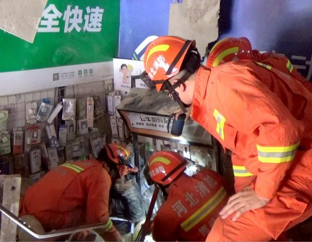 燕赵都市报武安:闹市街头手机店屋顶突然坍塌 一店员被困