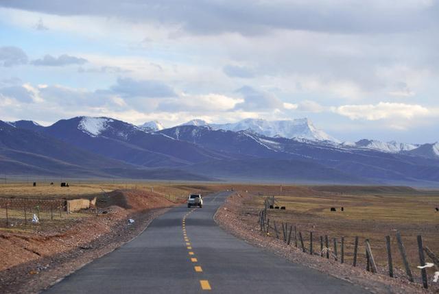 旅行百事通■西藏阿里最美的自驾线路,湖泊蓝如宝石藏羚羊成群,天堂不过如此