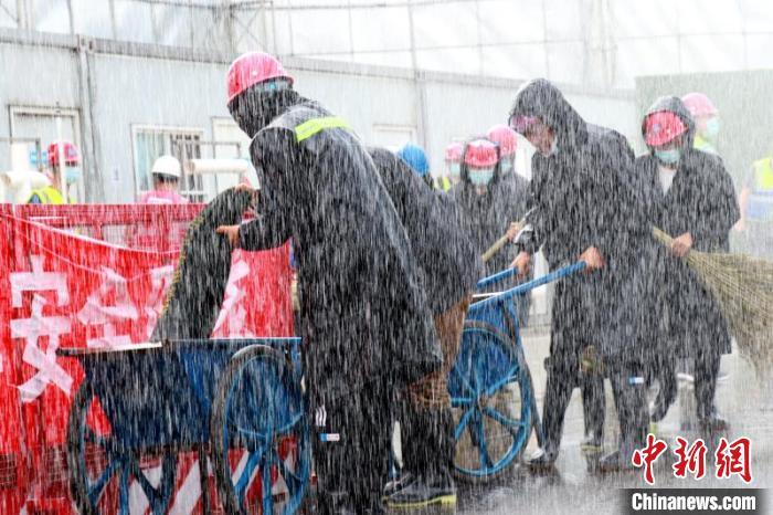 中国新闻网客户端消防车模拟突降暴雨 央企演练防汛应急