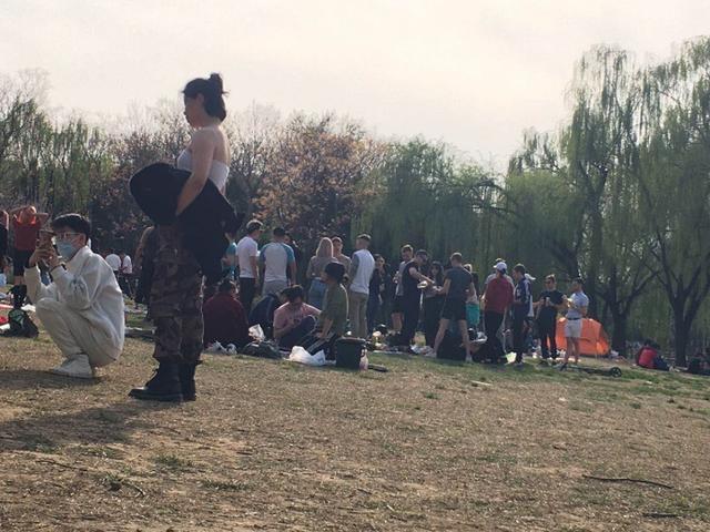 """【红星新闻】快评丨外国人不戴口罩公园内扎堆?这是""""找冲突的不文明"""""""