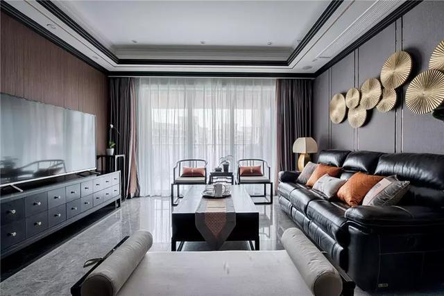「家装看这里」128�O新中式装修,客厅搭配黑色皮沙发,既时尚又上档次