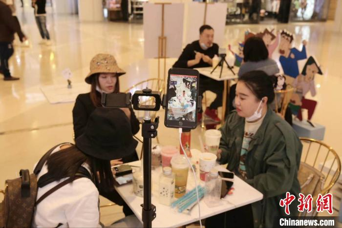 """中国新闻网客户端@沈阳""""网红""""扫街探店激活市场 让经济""""动""""起来"""