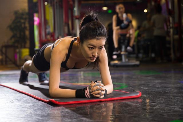 平板支撑能减肚子、练出腹肌吗?坚持平板支撑,会有这4个好处