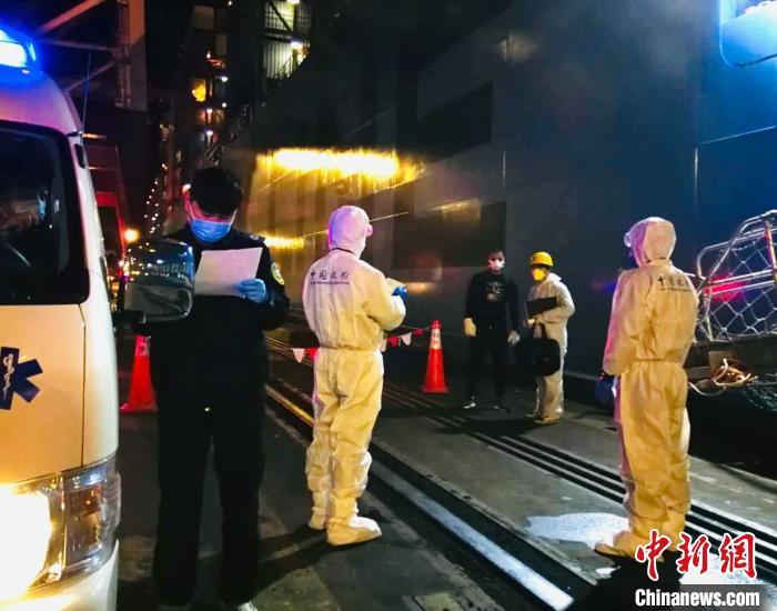中国新闻网客户端■船员病急需救助 洋山边检签发紧急类临时入境许可