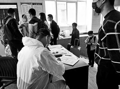 『大河网』信阳在汉务工人员有序输出 来自武汉人员专门详细登记