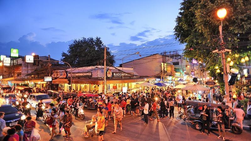 央视新闻客户端疫情形势趋缓 泰国清迈周日夜市重新开放