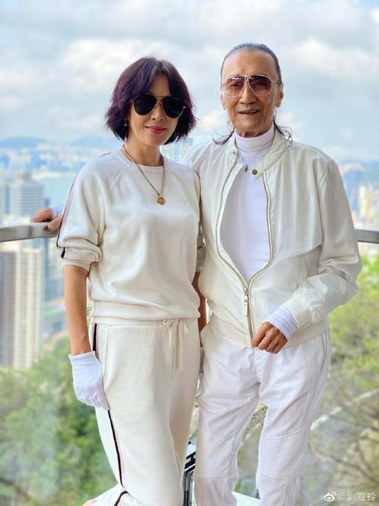 #fun娱乐#刘嘉玲晒与谢贤合影 两人戴墨镜穿运动衣超有型