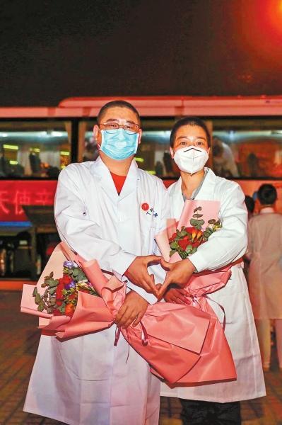 """河南日报王国晓、郭燕芝夫妇:最浪漫的事是与你并肩战""""疫"""""""