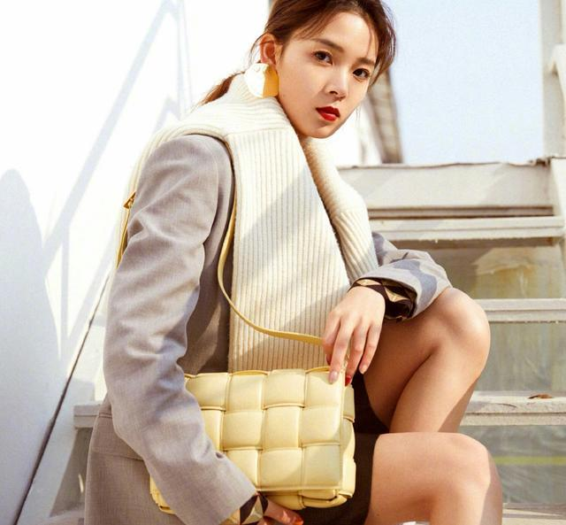 时尚小花陈瑶,长筒靴搭配短裤身材比例惊艳双眼,又酷又时尚
