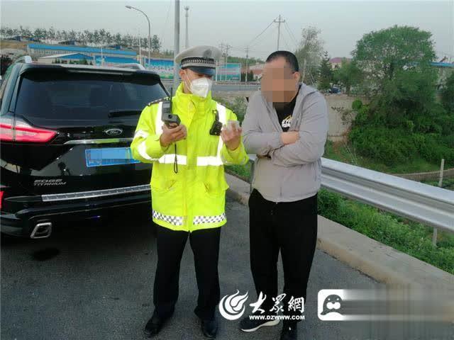 """中国经济网""""醉猫""""高速应急车道停车睡大觉 花式吹气逃避民警检查"""