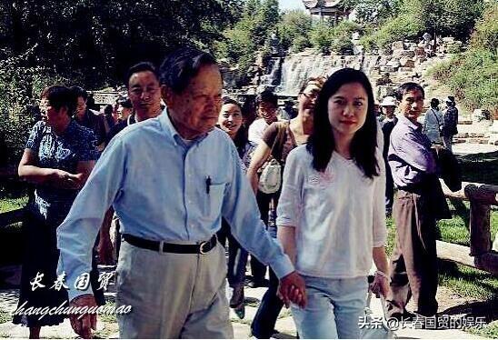 98岁杨振宁与44岁妻子同框,十指相扣,结婚16年恩爱如初