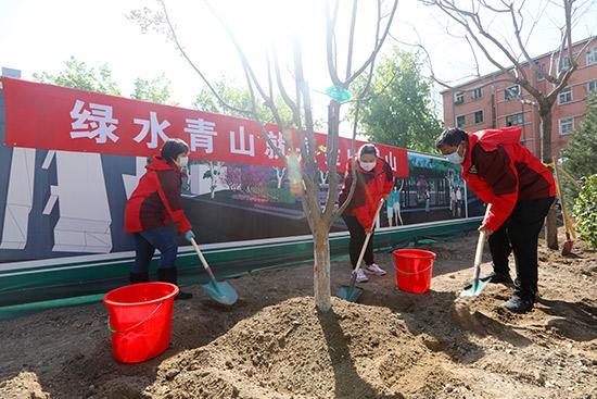 『人民网北京频道』首都全民义务植树日 西城区广外莲花河地区添新绿