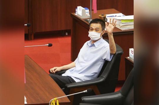 中国新闻网客户端高雄市议长许崑源6日晚间在住处坠楼身亡