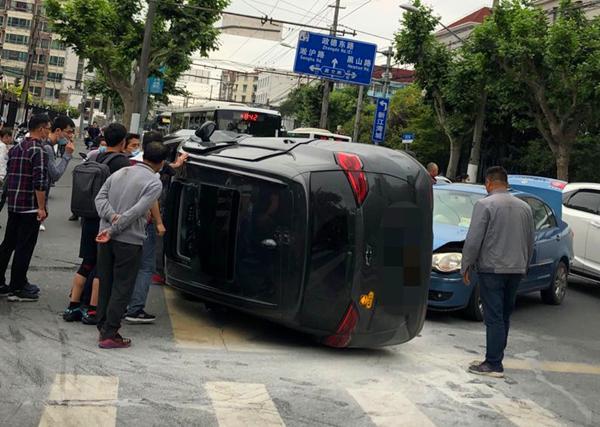 新民晚报▲昨晚国和路政衷路两车相撞 一辆SUV侧翻