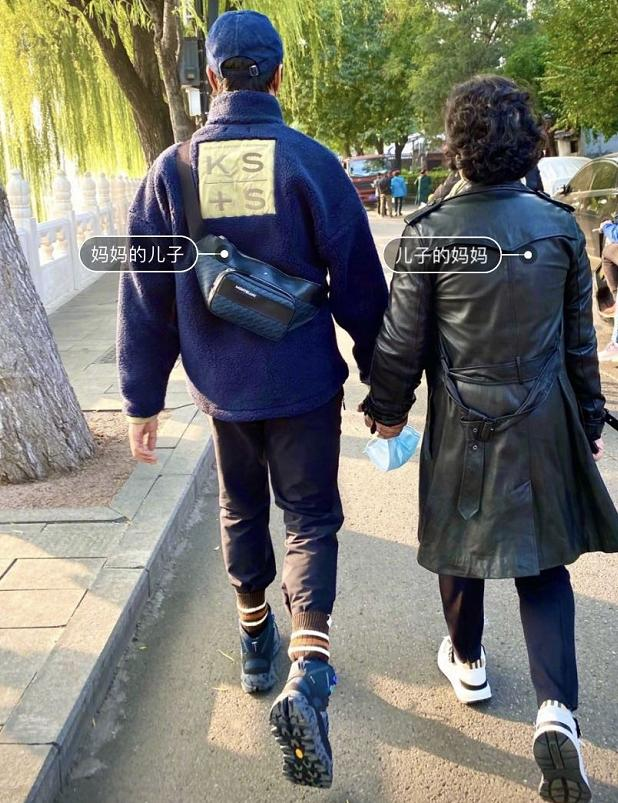 陈坤与妈妈牵手逛街,撒娇称俩人是好朋友,连走路姿势都一模一样