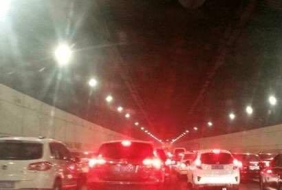 #汽车大咖#隧道前方发生事故,怎样变道更保险?