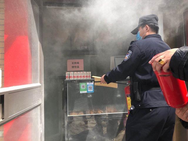 『燕赵都市报』路遇快餐店冒烟起火沧州巡警停车扑救