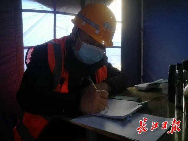 「武汉晚报」人抬肩扛装车1000多米管道、每天只睡3个小时……他们从战疫一线转战建设一线