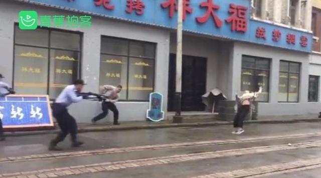 『中国经济网』男子当街抢夺枪支被击毙?特警辟谣:系公安演练视频