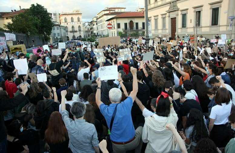 央视新闻客户端意大利佛罗伦萨民众在美领馆外集会纪念弗洛伊德