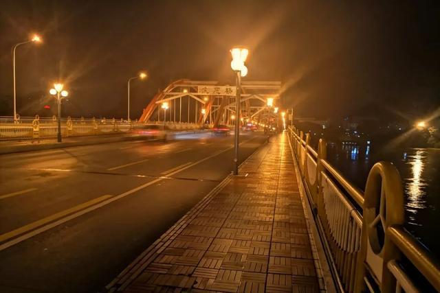 环球网洪水滚滚来袭,广西一男子突然跳入河中!妻子在桥上哭喊